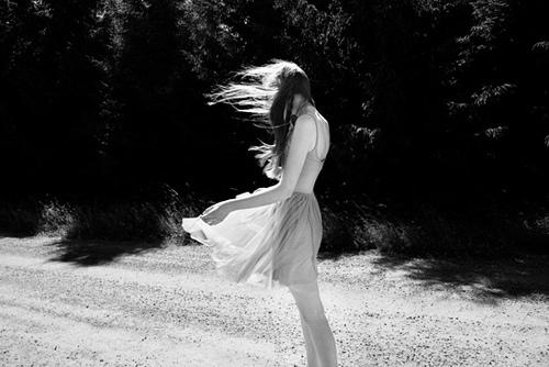black-and-white-dress-girl-wind-favim-com-184635